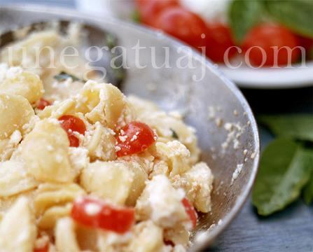 Makarona me rikota dhe domate qershize